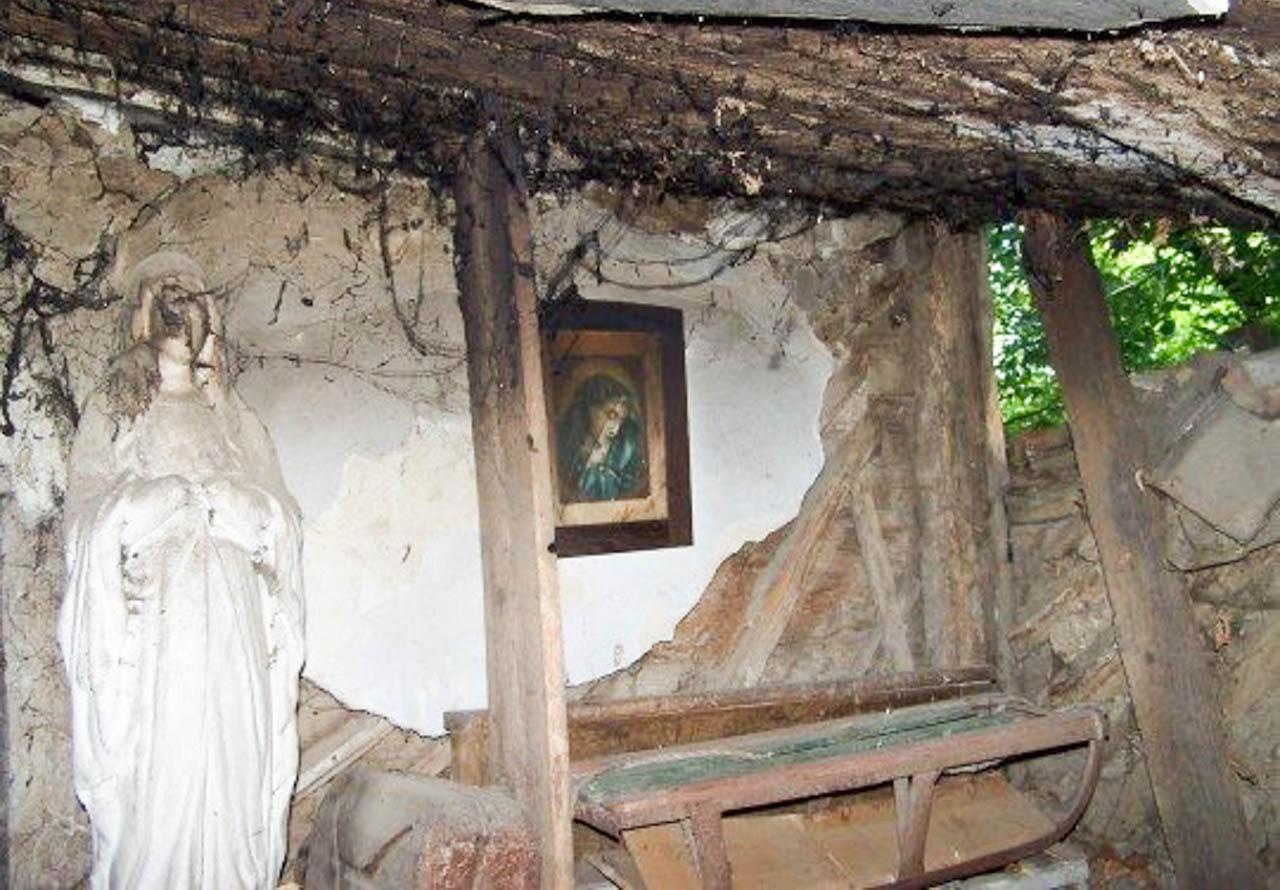 Obraz Matki Bożej na walącym się budynky śp. Józefy Moczulskiej w Tłumaczu