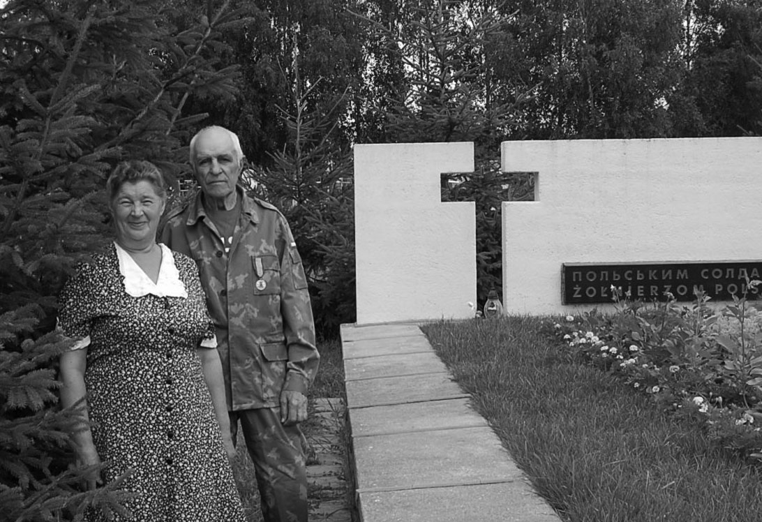Śp. Bronisława Nowakowska przy mogile polskich żołnierzy w Barze
