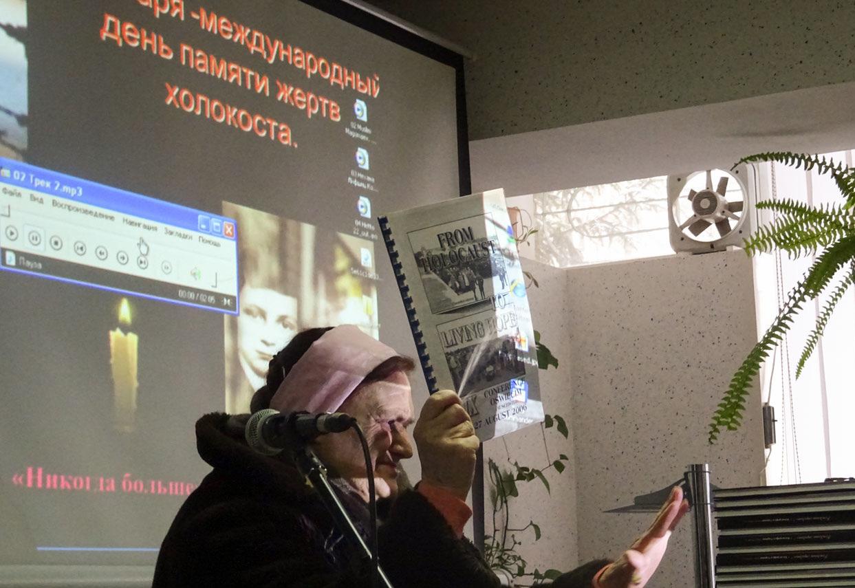Córka więźniarki Auschwitz opowiada o wyjeździe do niemieckiego obozu śmierci Auschwitz-Birkenau w 2006 r.