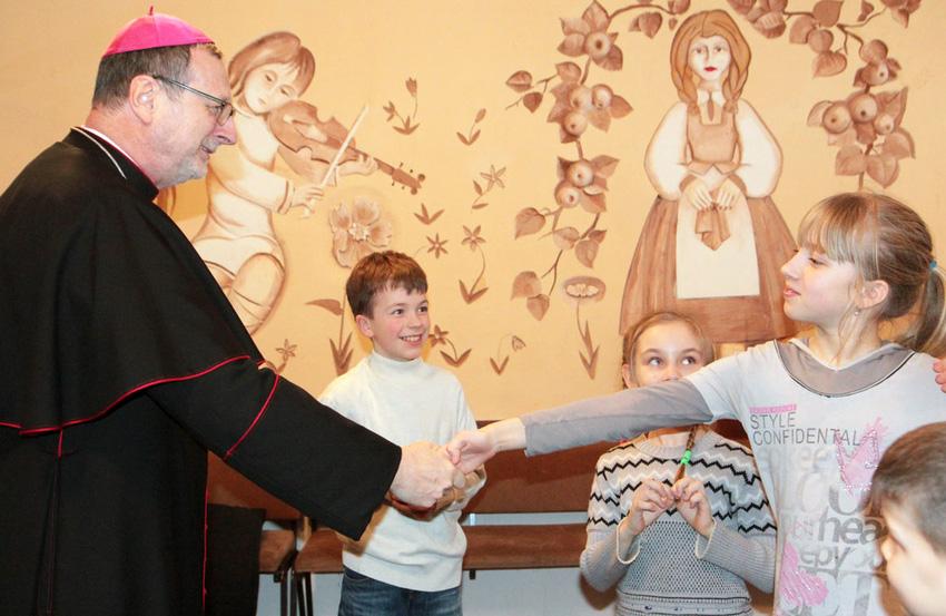 Nuncjusz apostolski Claudio Gugerotti spotkał się z dziećmi z Awdijowki. Źródło: https://www.obozrevatel.com
