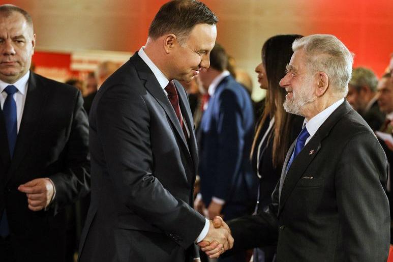 Jacek Sasin, prezydent Andrzej Duda oraz uhonorowany nagrodą im. Kaczyńskiego Andrzej Gwiazda. Źródło: http://warszawa.wyborcza.pl/