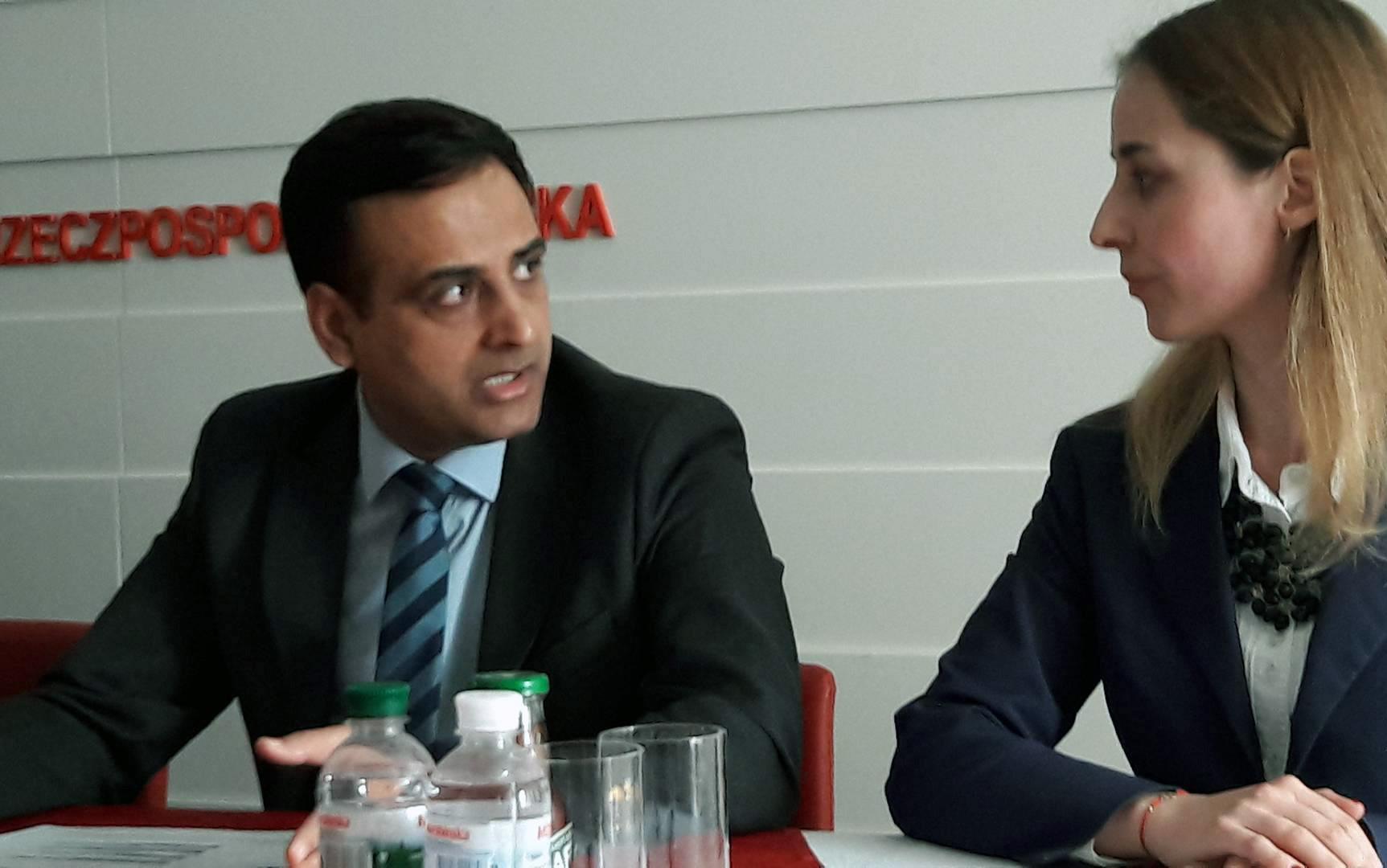 Po lewej dyrektor VFS Głobal CIS and Turkey Amit Kumar Szarma