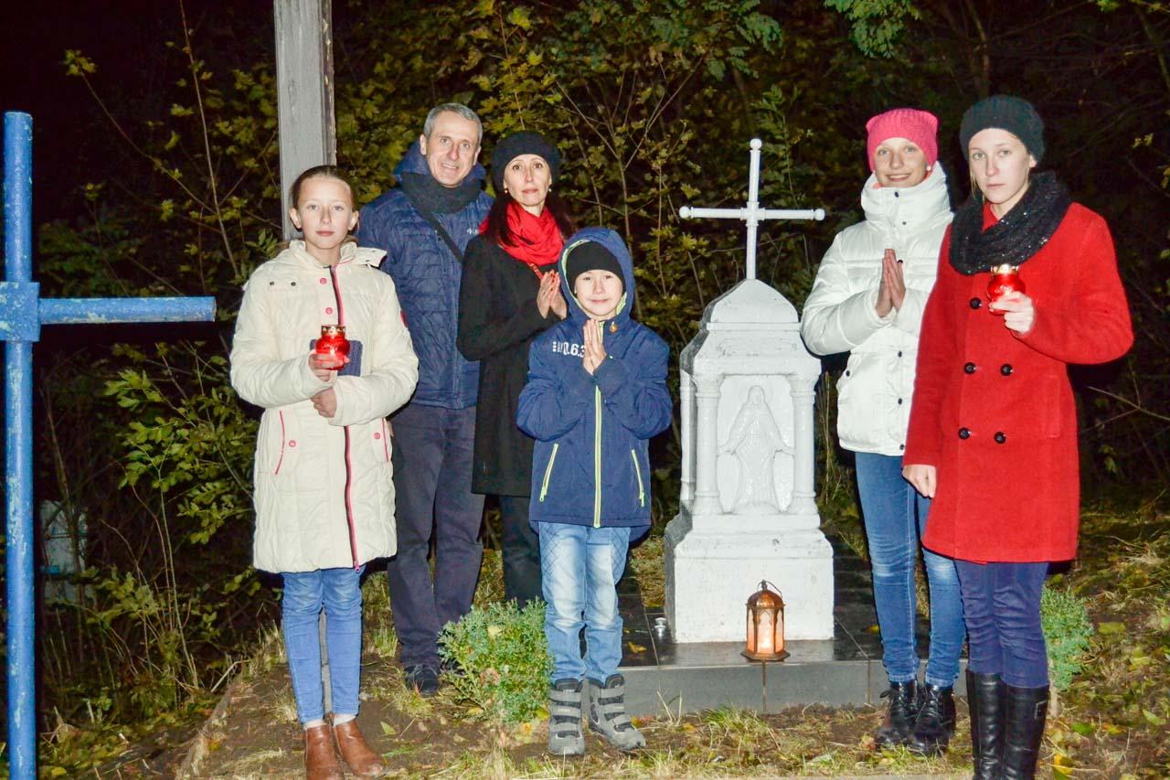 Rodzina Garników na polskim cmentarzu w Krasiłowie