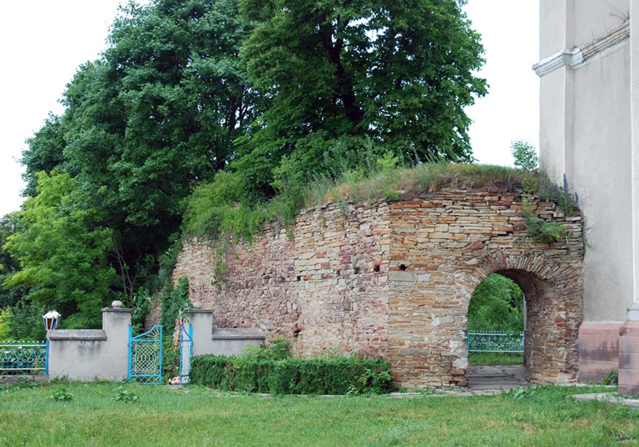 Fragment fortecy w dawnym Janowie (Dołyna) przy kościele Św. Trójcy (obecnie cerkiew prawosławna). Źródło: http://zamki-kreposti.com.ua
