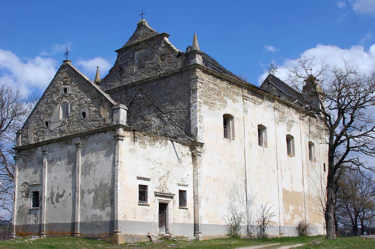 Zniszczony kościół w Łyczkowcach. Źródło: http://mapio.net