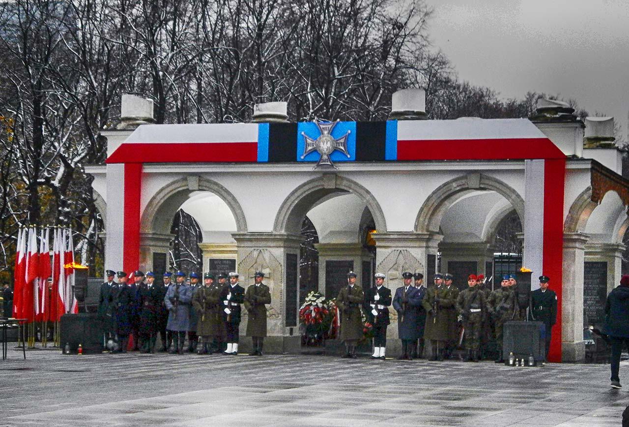 Honorowa warta przy Grobie Nieznanego Żołnierza w Warszawie. 11 listopada 2016 r.