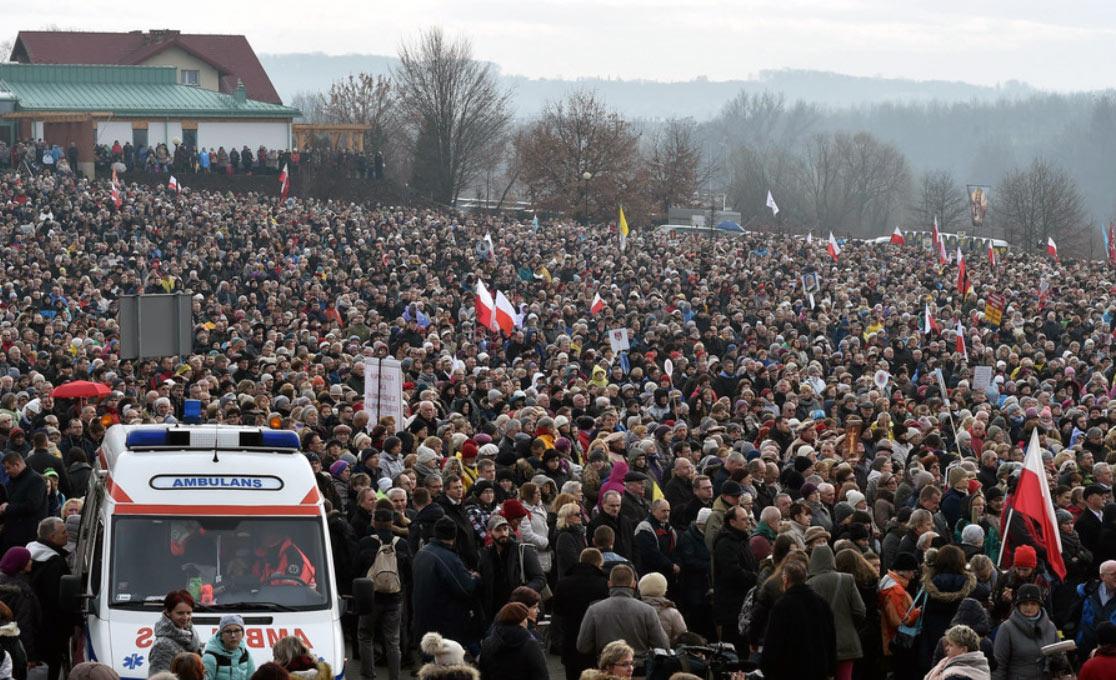 Tłumy przed Sanktuarium. Źródło: fakt.pl