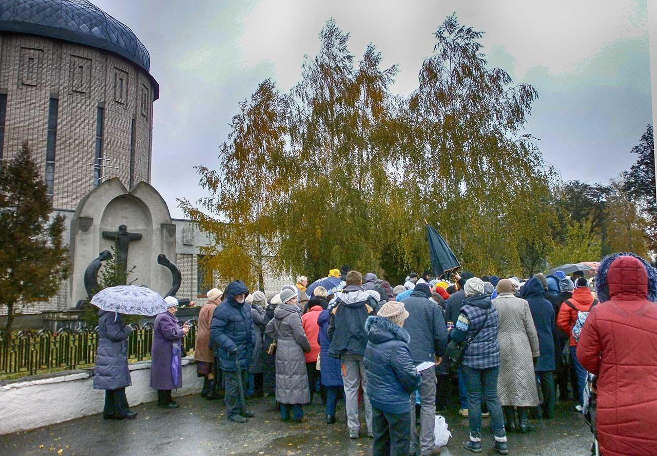 Przy pomniku ofiar bolszewickiego terroru w latach 30.