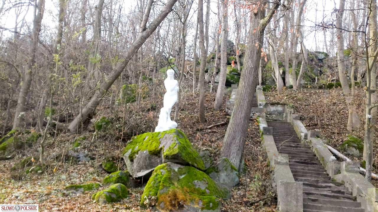 Rzeźba, przedstawiająca kąpiącą się pannę w rzece Boh