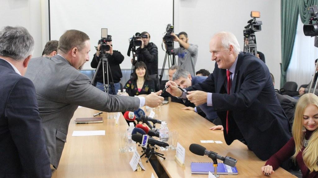 Andrzej Dercz po prawej w trakcie podpisania umowy w Dnieprze. Źródło: http://nashemisto.dp.ua