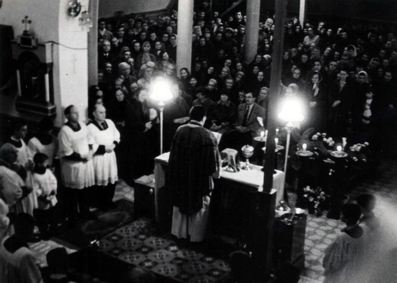 Św. Msza  w intencji ofiar represji stalinowskich w kościele p. w. św. Anny na Hrecznach. Listopad 1993r. Lista imion bez winy zamordowanych został umieszczona przy ołtarzu.