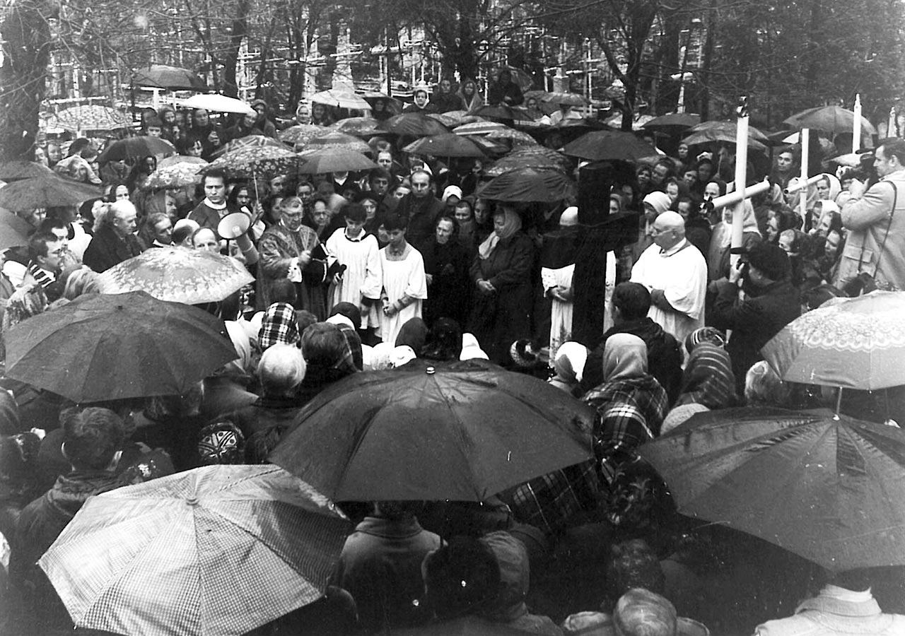 Ksiądz Szymański, proboszcz kościoła pod wezwaniem Chrystusa Króla, poświęca pomnik ofiar  stalinizmu na Hreczanach (1993 r.)