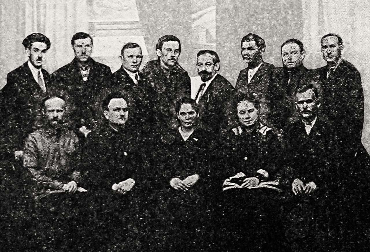Posiedzenie rady mniejszości narodowych w sowieckiej Ukrainie. Saulewicz czwarty w górnym rzędzie od lewej