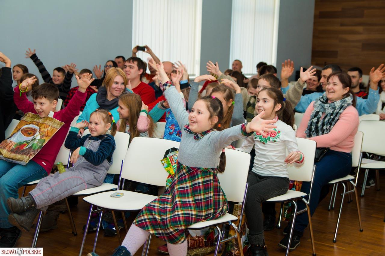 Rozbawiona młodzież podczas prezentacji zespołów teatralnych w Domu Polskim