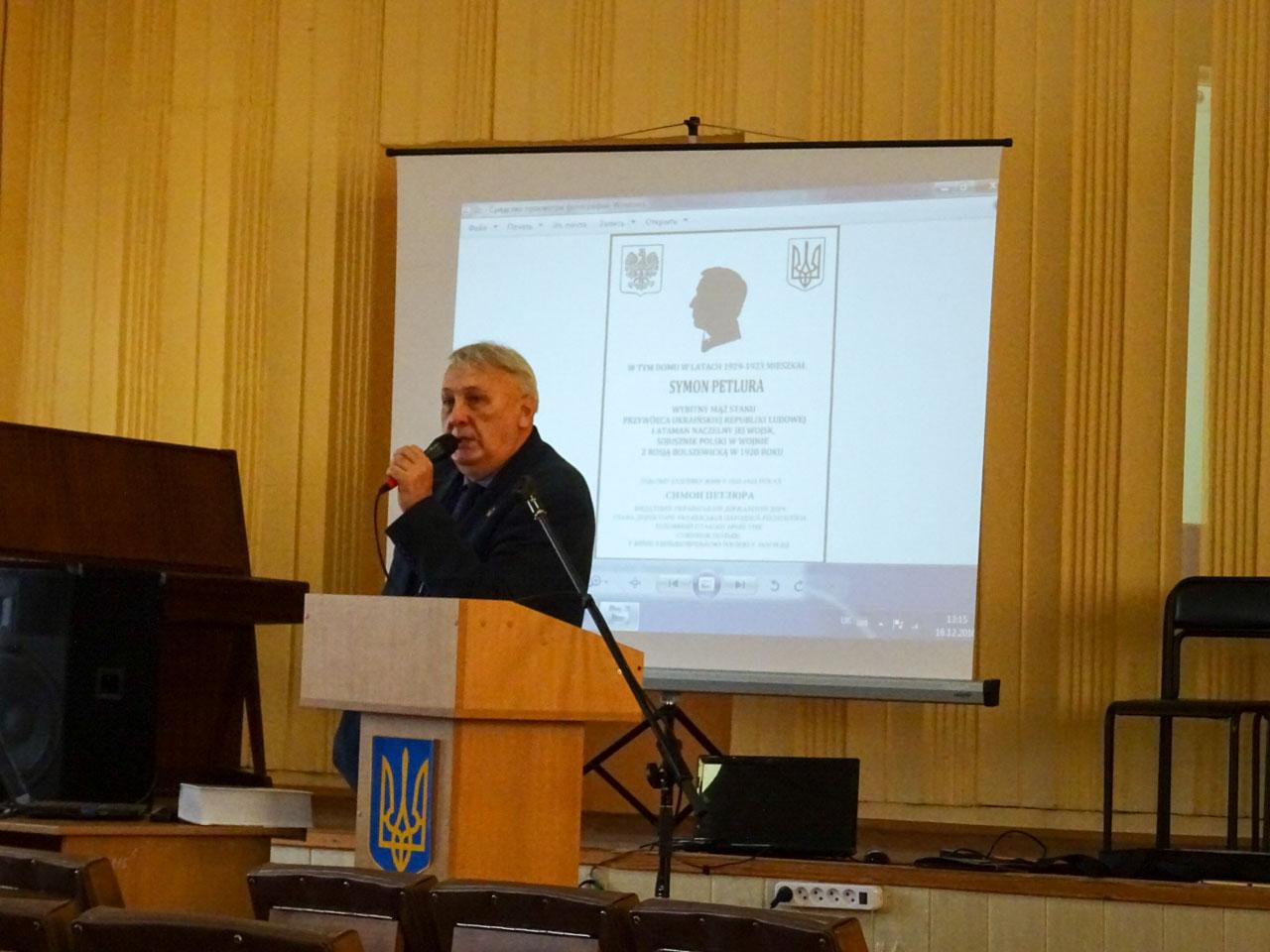 Wykład Tadeusza Krząstka na sali Winnickiej Akademii Nieprzerywalnej Oświaty