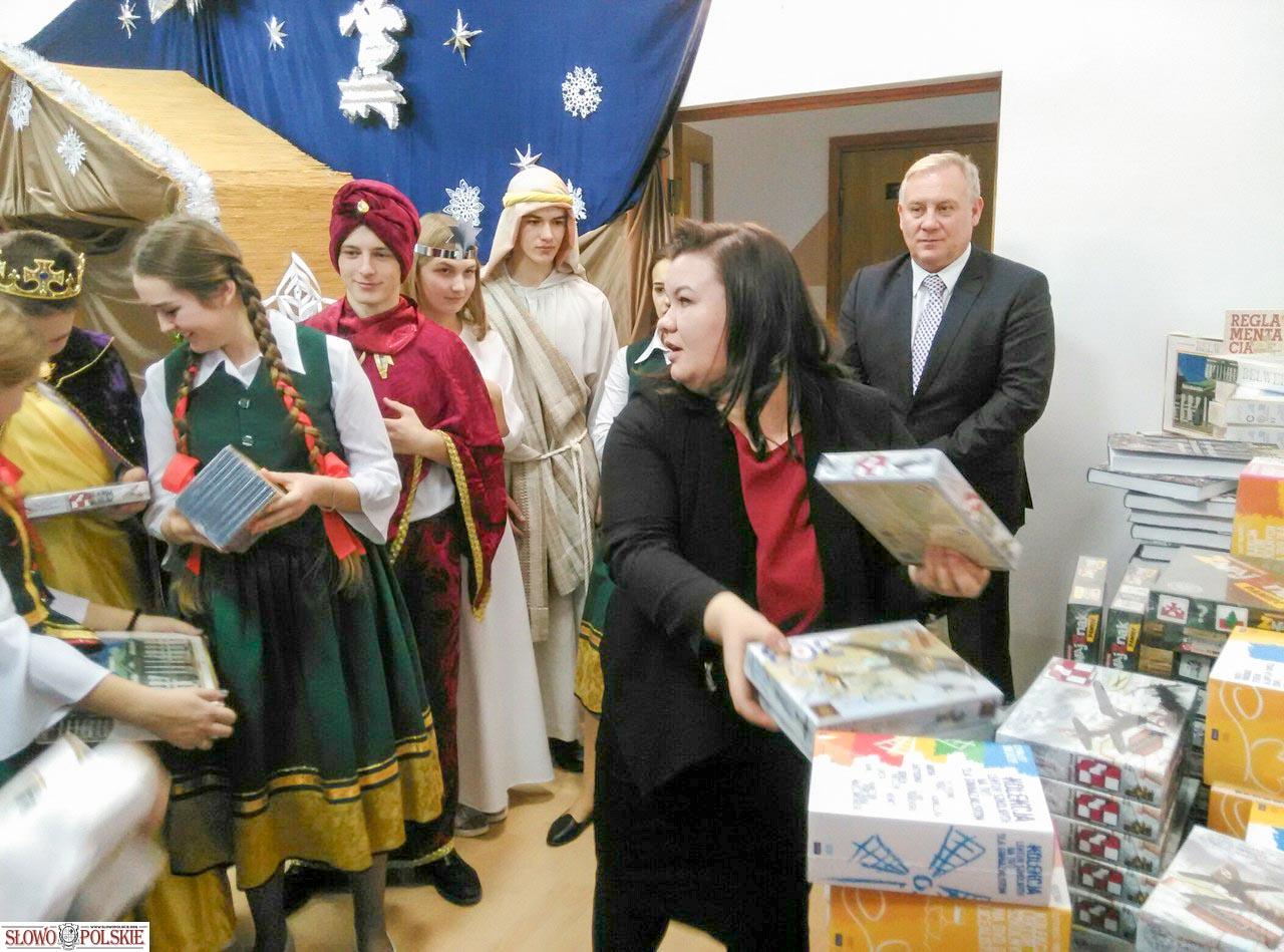 Goście z Kancelarii Prezydenta RP wręczają prezenty podolskiej młodzieży