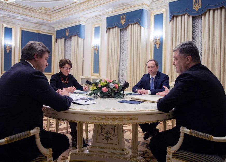 Prezydent Petro Poroszenko na spotkaniu z przewodniczącą komitetu RN ds polityki celnej i podatkowej Niną Jużaninową oraz ministrem finansów Oleksandrem Danylukiem, które odbyło się 30 grudnia, podpisał projekt zmian do Kodeksu Podatnika