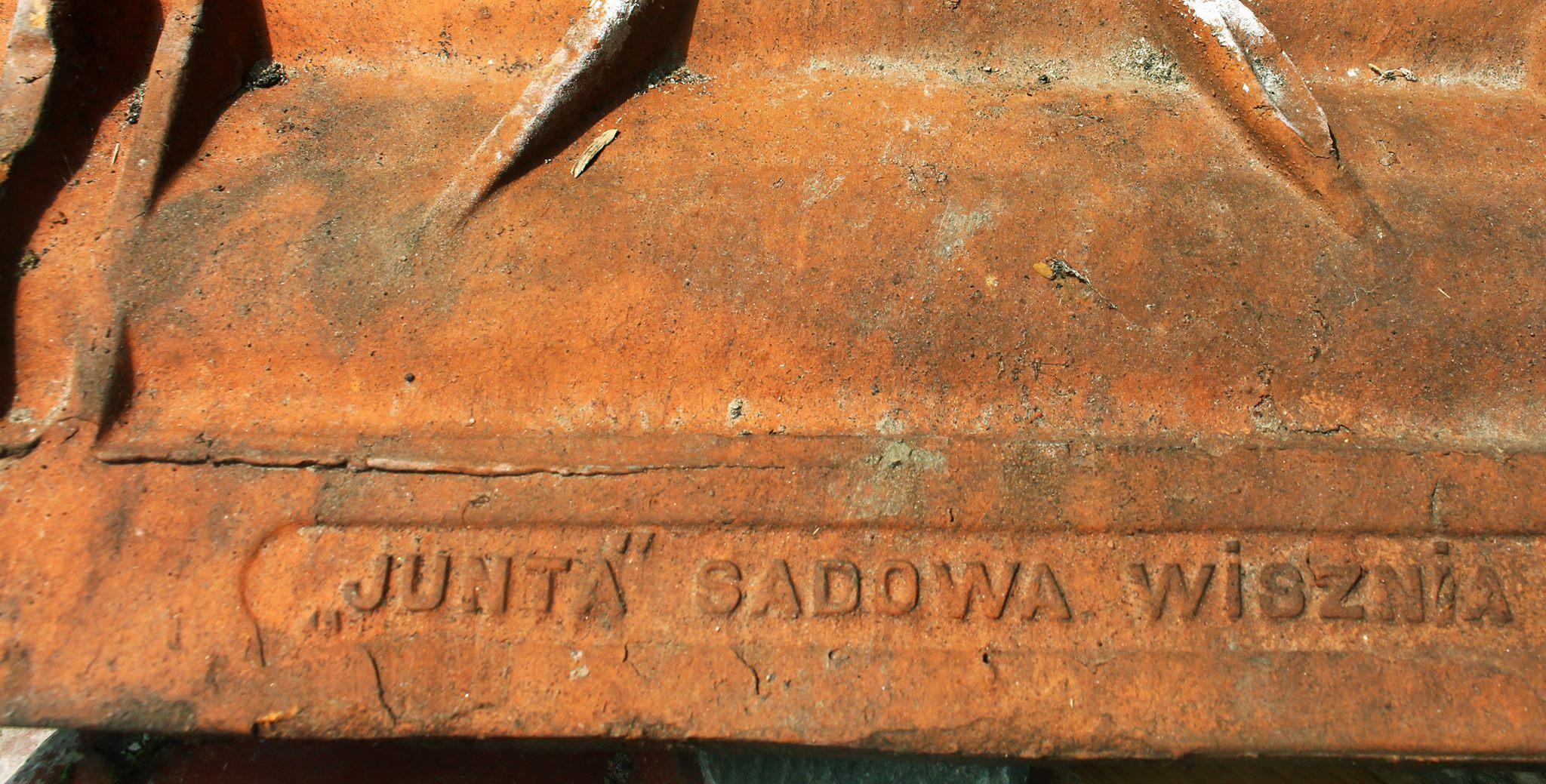 Dachówka, wyprodukowana w Sądowej Wisznia w czasach II RP