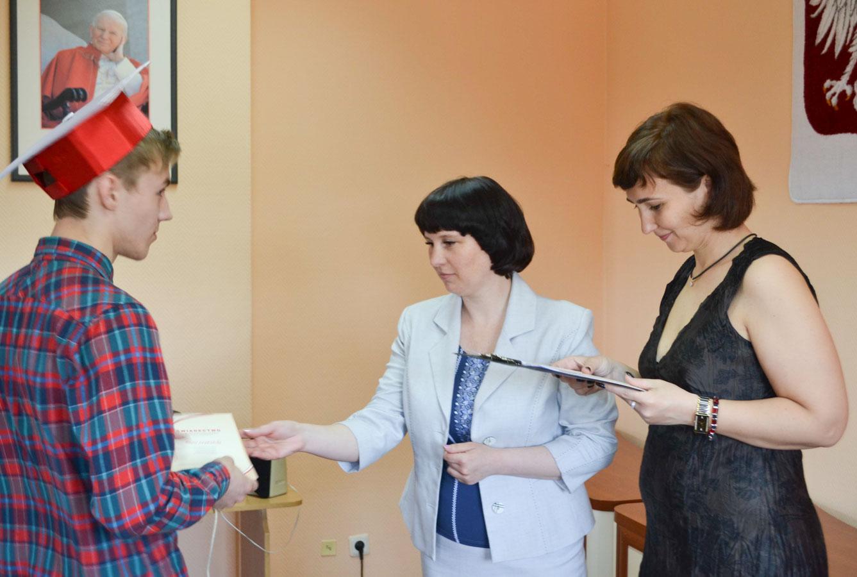 Dyrektor Domu Polskiego w Żytomierzu Irena Perszko oraz polonistka Natalia Szumlańska wręczają młodzieży zaświadczenia o ukończeniu kursu