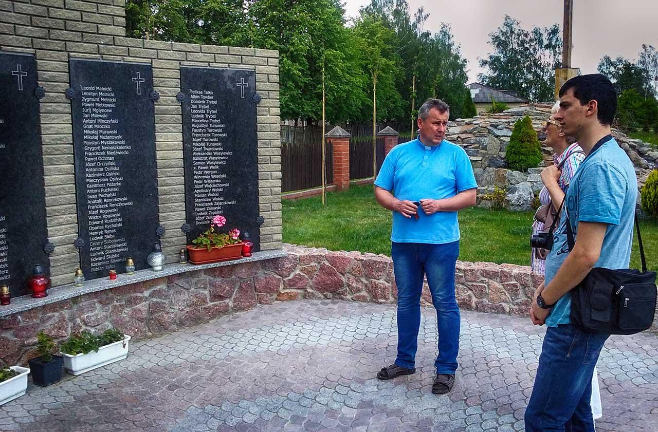 Zdjęcie nr 1 – Tablica ku czci ofiar deportacji 1936 r. przy kościele – Sanktuarium Matki Boskiej Fatimskiej w Dowbyszu. Z lewej ks. Waldemar Pawelec, obok przedstawiciele Fundacji Joachima Lelewela.
