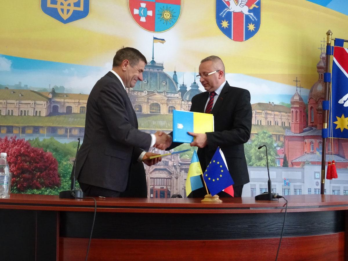 Anatolij Kusznir i Bogusław Kmieć po podpisaniu porozumienia pomiędzy Sędziszowem a Żmerynką