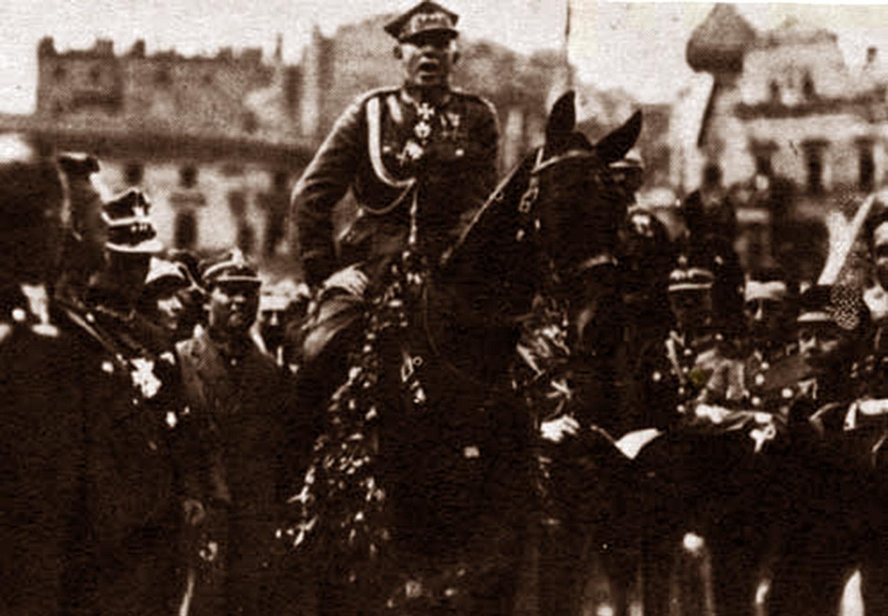 Wojsko polskie na czele z gen. broni Stanisławem Szeptyckim wkracza do Katowic, 22 czerwca 1922 r. Źródło: Wikipedia