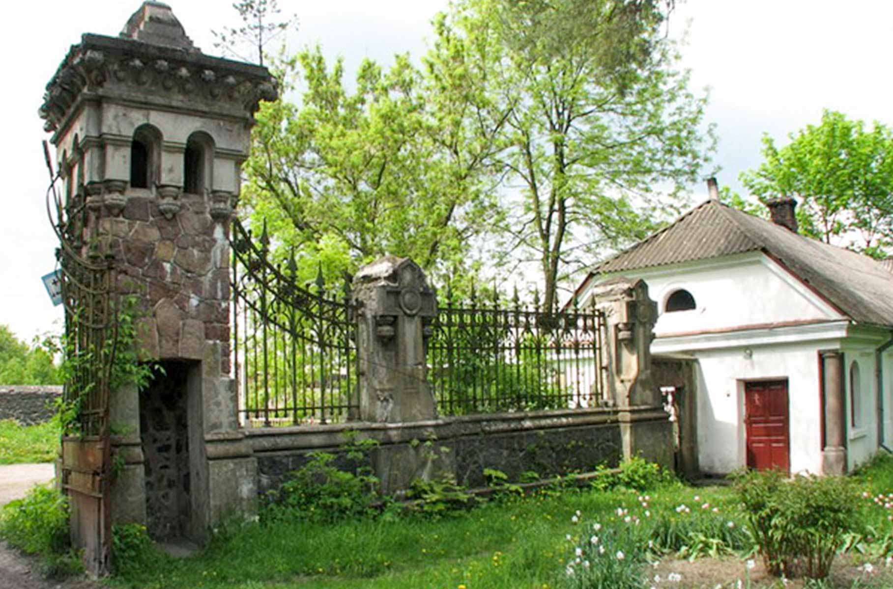 Z prawej - dom parafialny / budynek organisty, zwrócony 30 czerwca wspólnocie rzymskokatolickiej