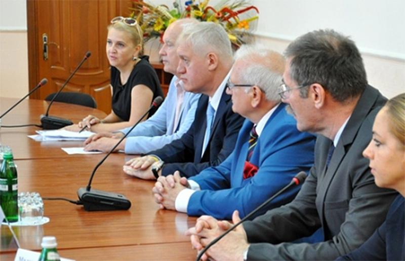 W okularach i niebieskim garniturze Tadeusz Samborski, po prawej od niego konsul RP Tomasz Olejniczak