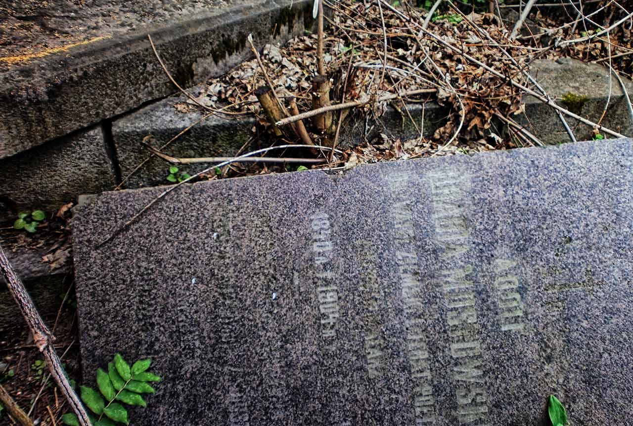 Zdewastowana mogiła Adolfa Mostowskiego w Chmielniku