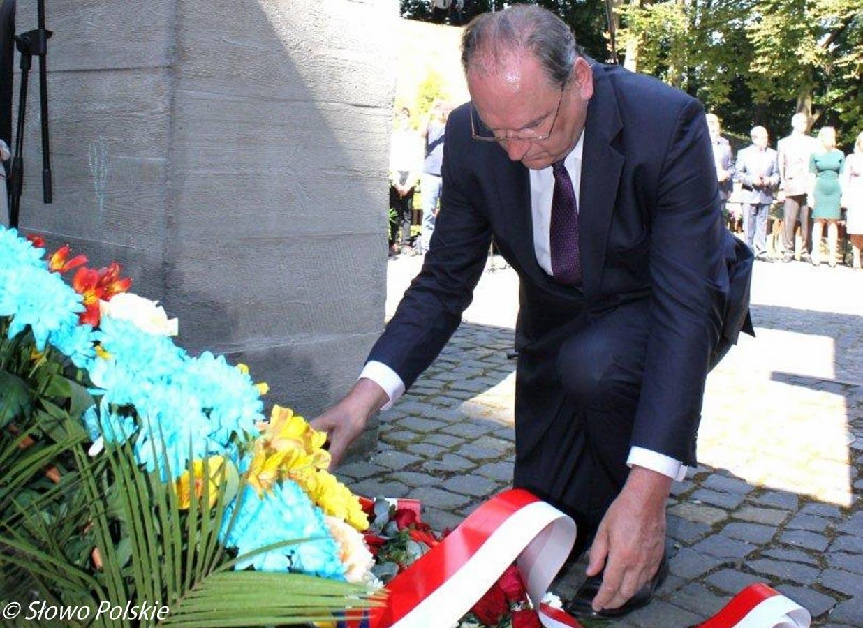 Ambasador RP Henryk Litwin składa wieniec pod pomnikiem pomordowanym profesorom polskim we Lwowie