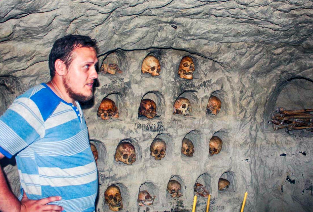 O. Adrian UPC MP oprowadza po krypcie, w której leżą szczątki zakonników, zamordowanych w 1530 roku przez Tatarów