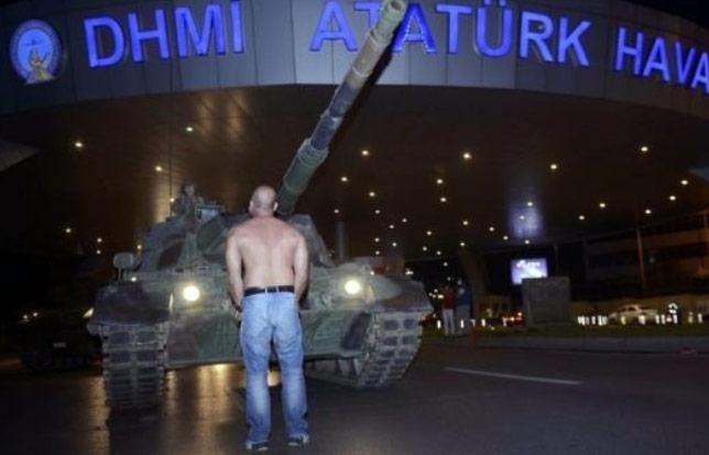 Jeden z protestujących blokuje czołg puczystów. Reuters