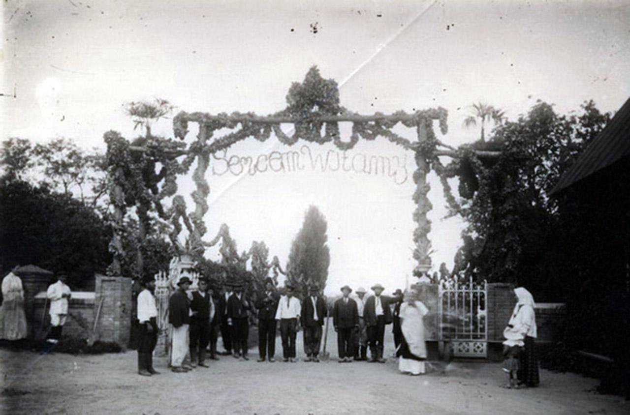 Zdjęcie z pierwszej dekady XX w. przed wjazdem do rezydencji Sobańskich w Obodówce. Nad bramą napis: Sercem Witamy. Źródło: sergekot.com
