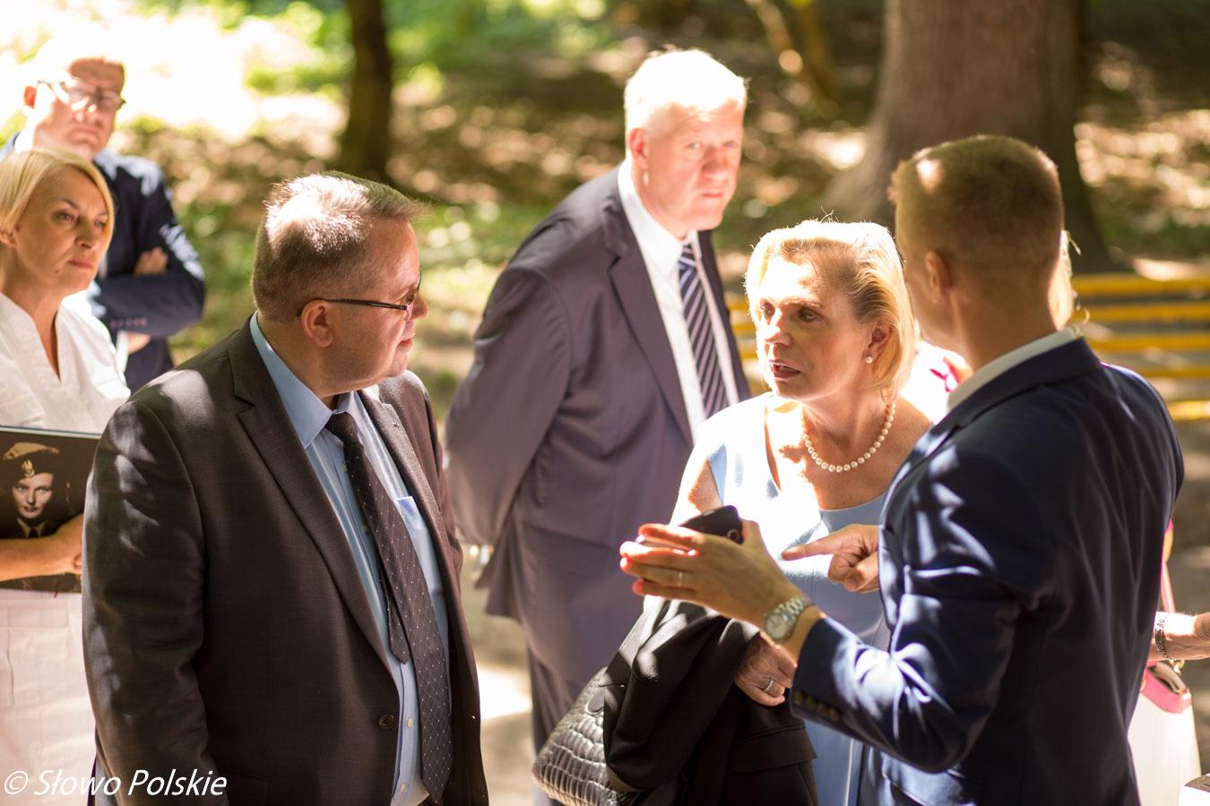 Senator Anna Maria Anders przygląda się w winnickim parku zdewastowanym polskim mogiłom