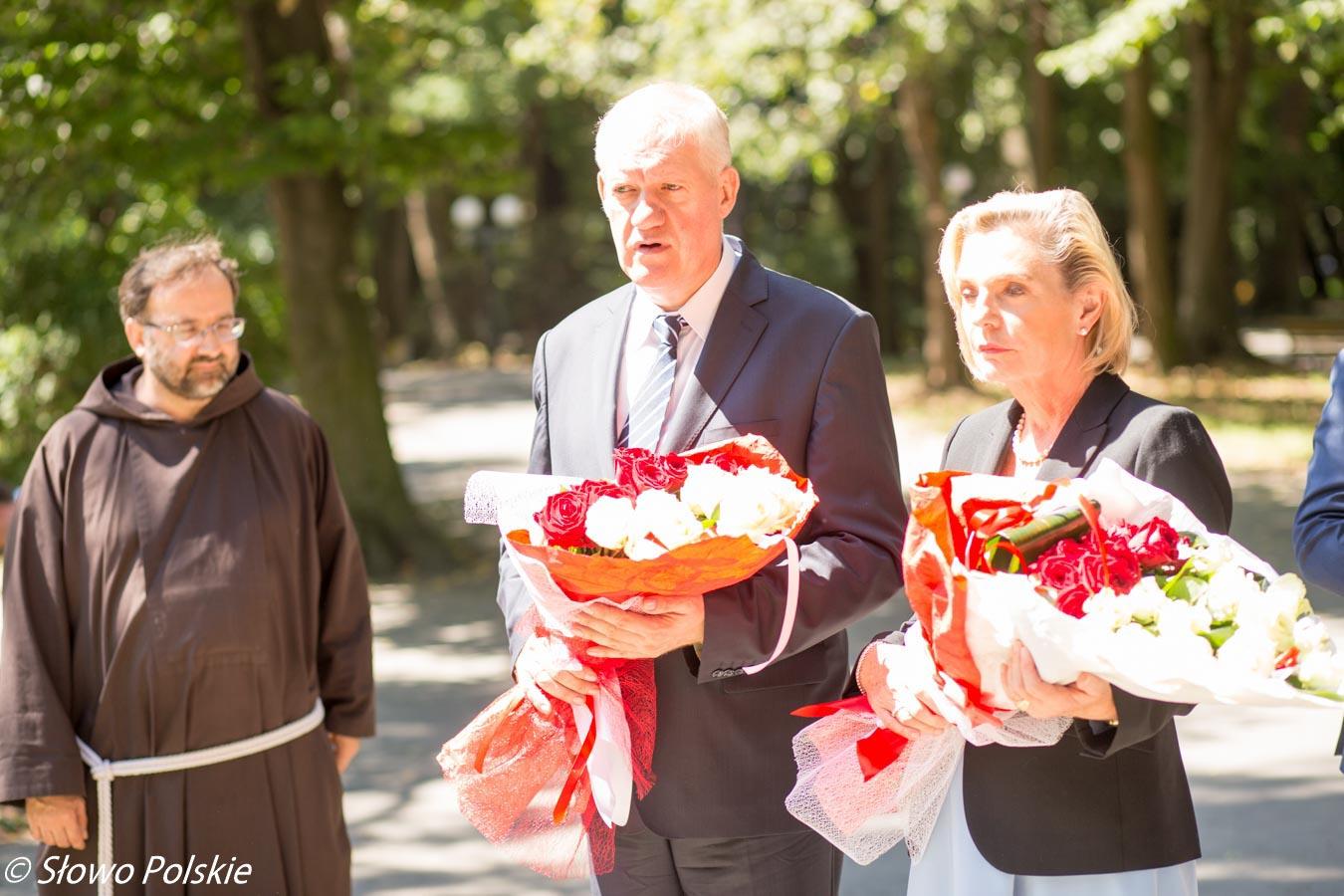 Kapucyn Konstanty Morozow, Konsul RP w Winnicy Tomasz Olejniczak oraz senator Anna Maria Anders składają kwiaty pod kaplicą na zniszczonym polskim cmentarzu w Winnicy