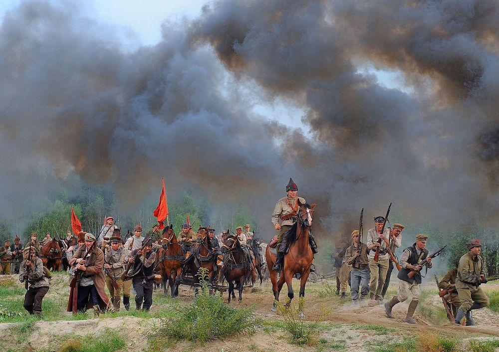 Bolszewicy na przedpolach Warszawy. Kadry z filmu Bitwa Warszawska (2011)