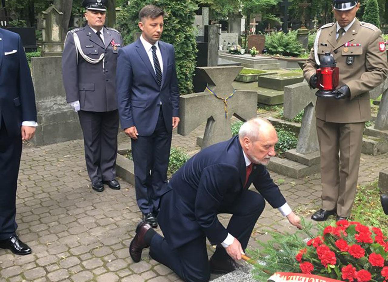 Minister Macierewicz oraz poseł Dworczyk złożyli kwiaty na kwaterze żołnierzy URL w Warszawie. Źródło: mon.gov.pl