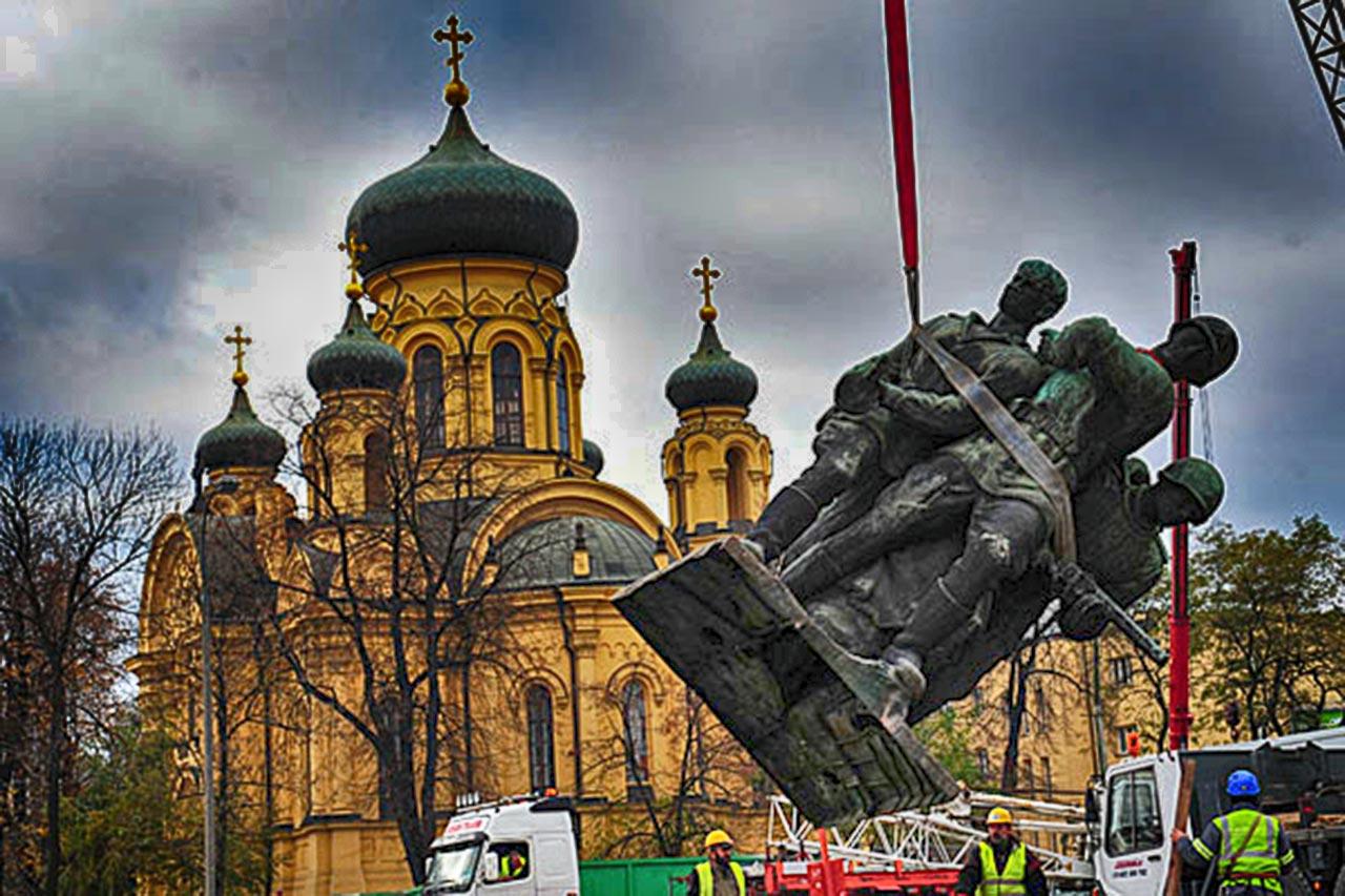 Demontaż w 2011 roku pomnika Polsko-Radzieckiego Braterstwa w Warszawie. Źródło: radiownet.pl