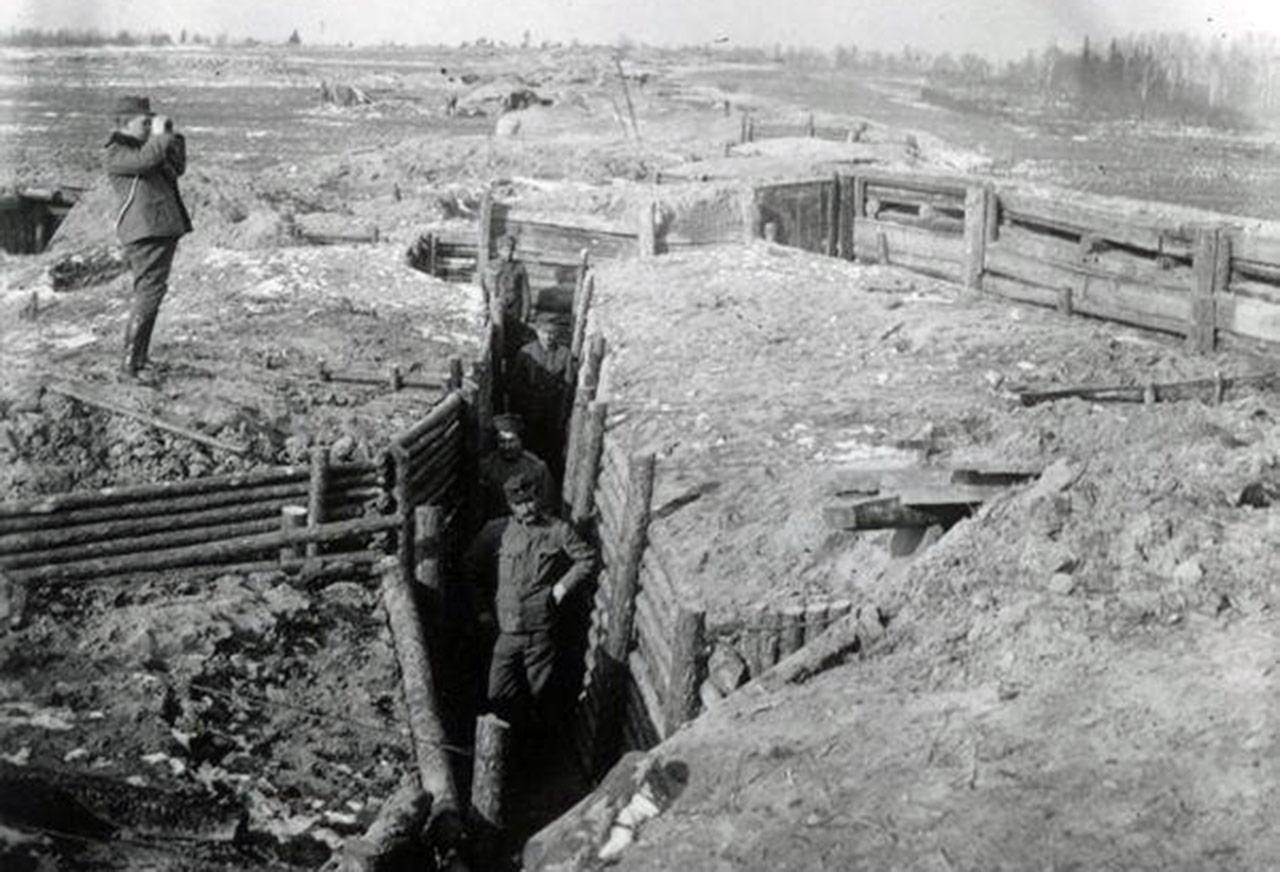 Okopy II Brygady Legionów Polskich. Pozycje pod Kostiuchnówką. Wołyń. Wiosna, 1916 r. Źródło: CAW/WBH