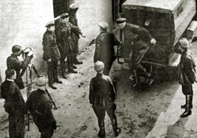 Transport jeńców do siedziby NKWD. Źródło: territoryterror.org.ua
