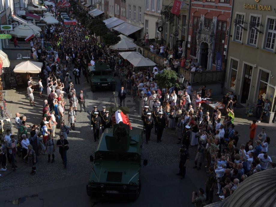 Przemarsz konduktu pogrzebowego ulicami Gdańska z Bazyliki Mariackiej na Cmentarz Garnizonowy. Zdjęcie: PAP