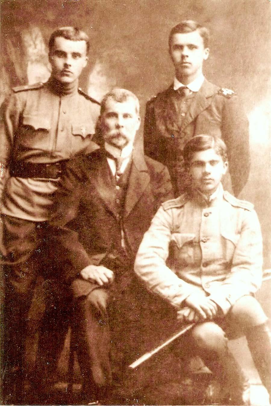 1.Adolf Zelenau (od lewej strony) Władysław Zelenay (od prawej) z ojcem i najmłodszym bratem