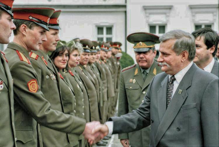 Prezydent Lech Wałęsa żegna rosyjskich żołnierzy na dziedzińcu Belwederu. Źródło: PAP