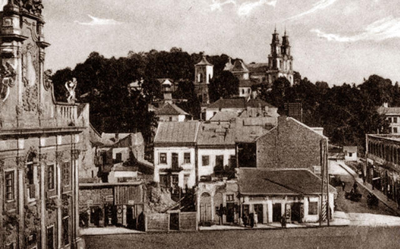 Buczacz - widok ogólny miasta. Widoczny fragment rynku z ratuszem , w tle klasztor o.o. bazylianów z XVIII w. Źródło - NAC
