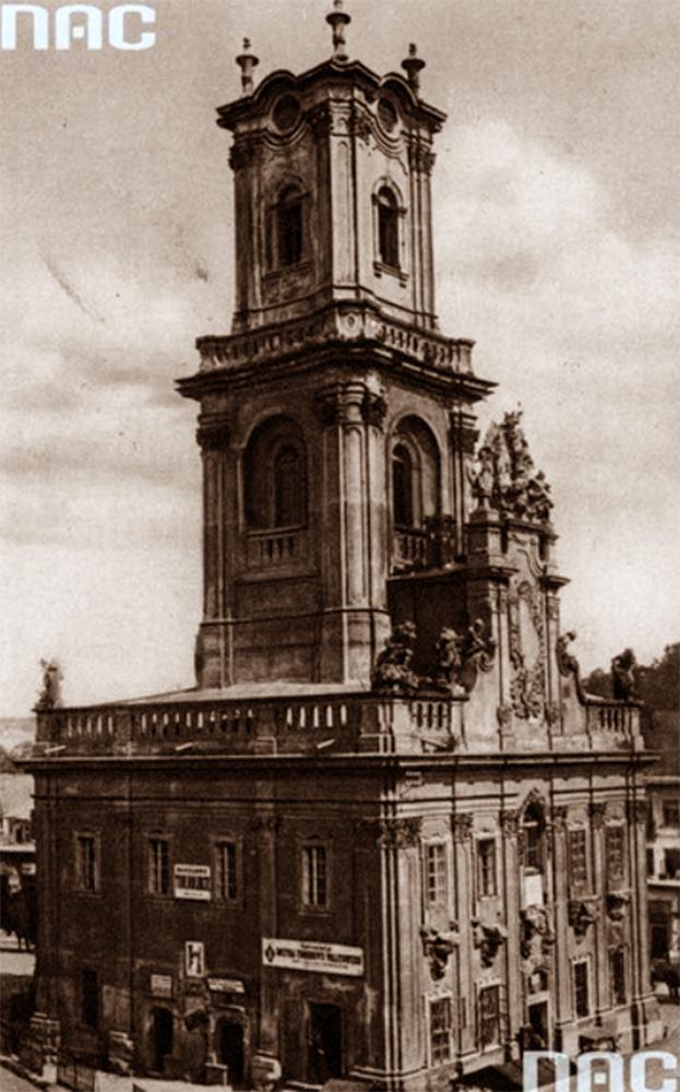 Buczacz - XVIII-wieczny ratusz z wieżą i rzeźbami Pinsla przedstawiającymi prace Herkulesa. Źródło - NAC