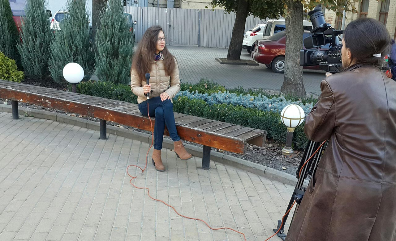 """Prezenterka """"Słowa Polskiego"""" Inna Sandiuk podczas nagrywania kolejnego reportażu do telewizyjnego SP"""