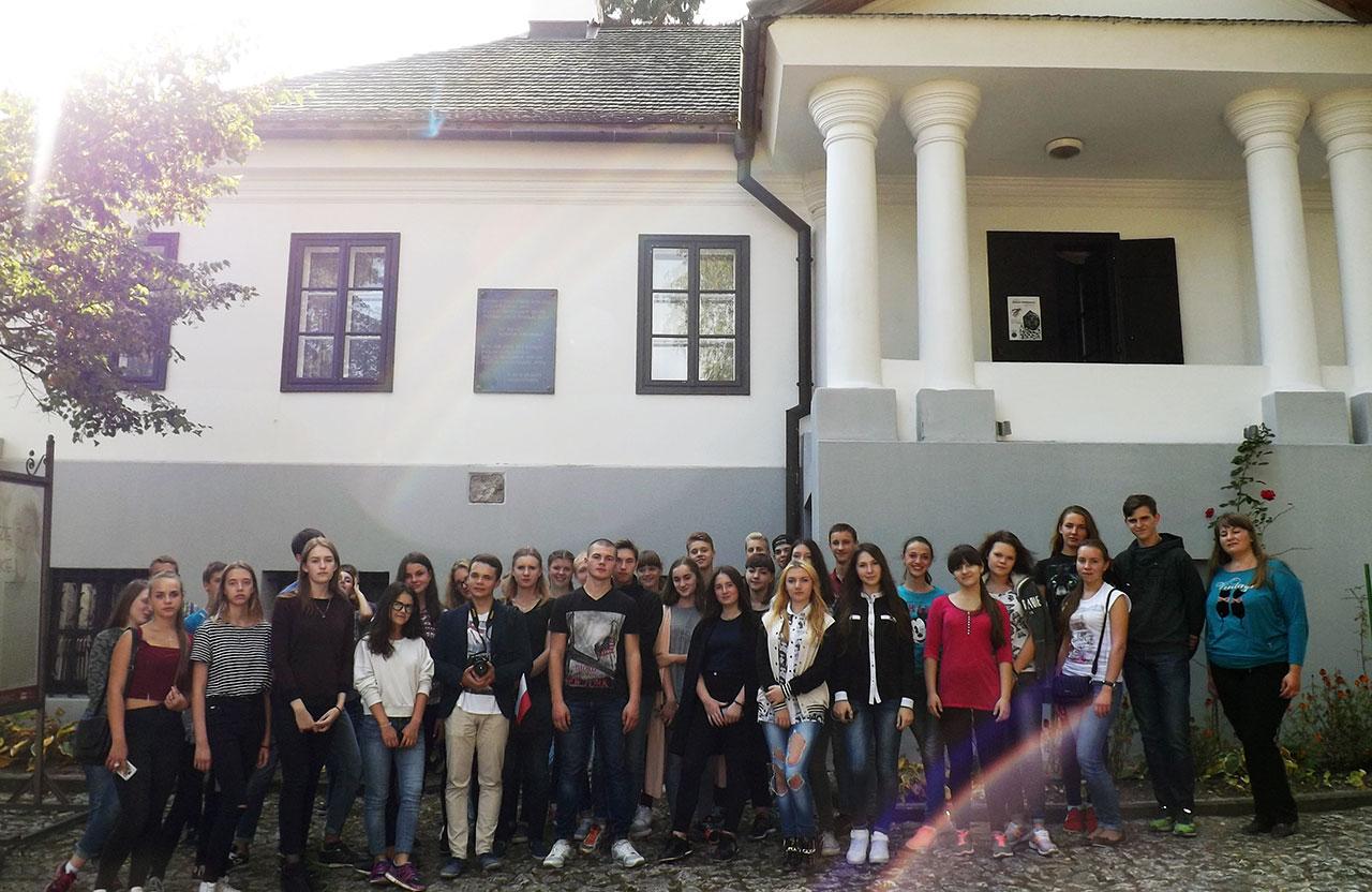 Turyści z Żytomierza przy dworku Słowackich w Krzemieńcu