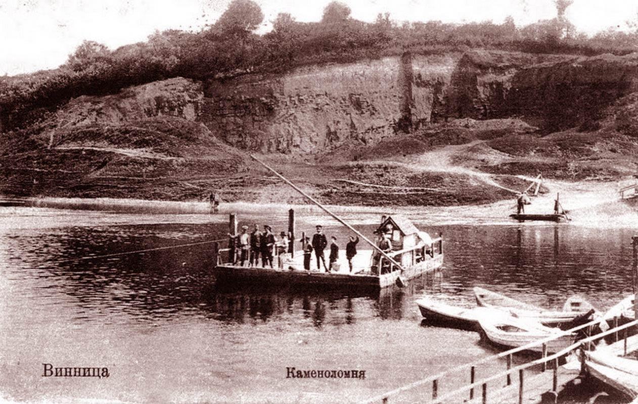 Pocztówka z Winnicy. Pocz. XX w. W tle góra zamkowa, na której stały dwa pierwsze winnickie zamki