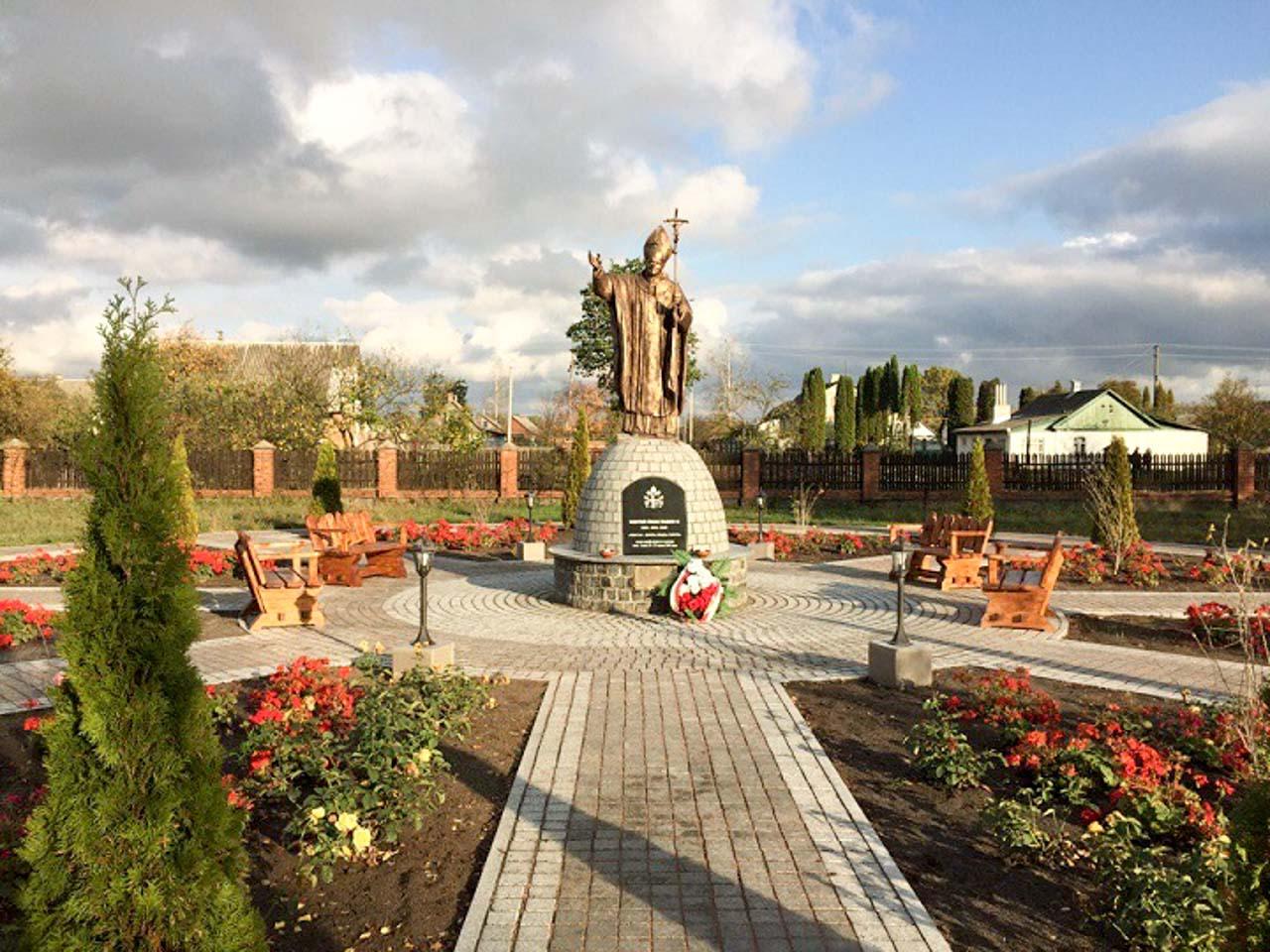 Pomnika Jana Pawła II przy Sanktuarium w Dowbyszu