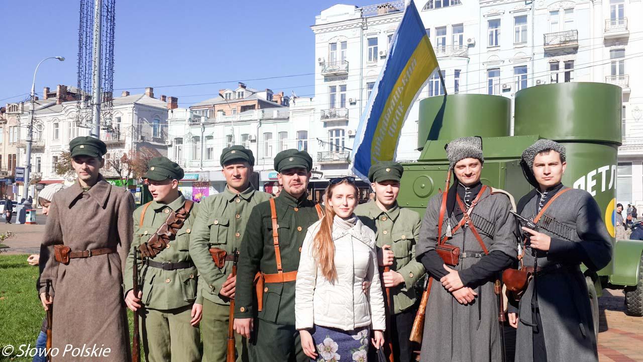 Ukraińska grupa rekonstrukcyjna w mundurach żołnierzy URL przy pancerniku Petlura